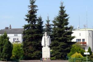 """Pomnik """"Ponurego"""" na wąchockim Rynku"""