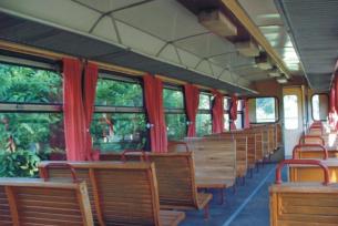Wnętrze wagonu kolejki wąskotorowej