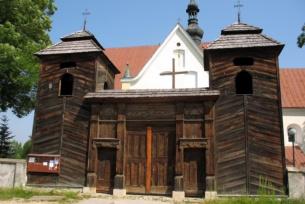 Drewniana brama-dzwonnica przy kościele w Krynkach