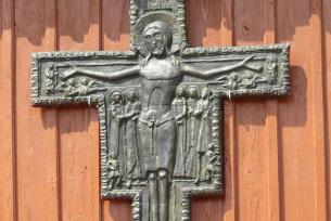 Krzyż nad głównym wejściem do kościoła św. Zofii w Ratajach