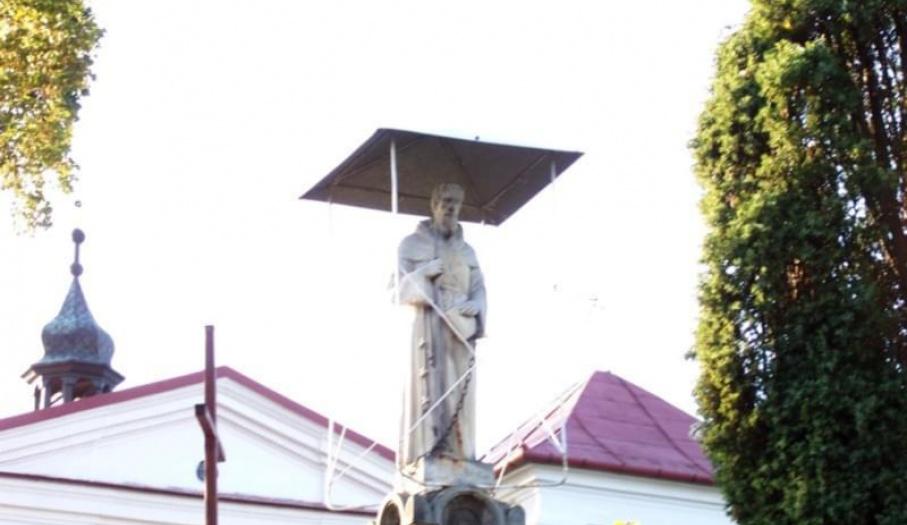 Figura św. Leonarda przed kościołem w Mircu