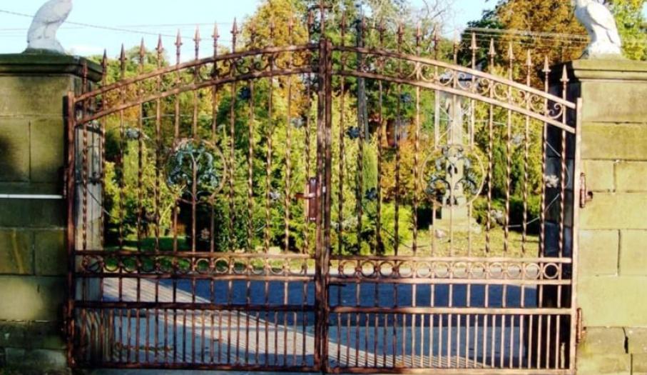 Brama wjazdowa do kościoła